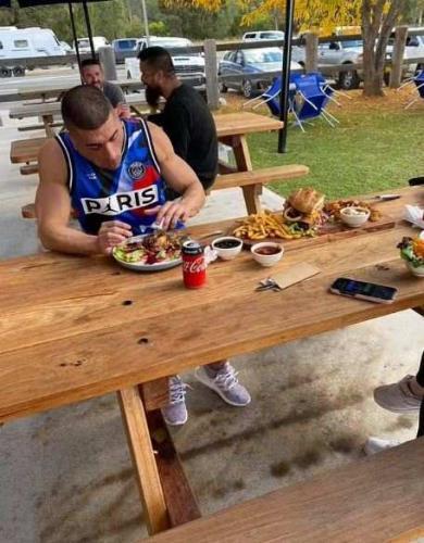 Сколько бургеров вы можете съесть за полчаса? Едок съел один, но его размер для самого большого желудка в мире