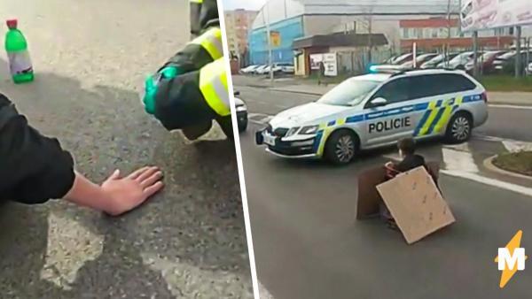 Активистка переиграла полицию на акции протеста. Девушка приклеила себя к асфальту - и произошло чудо