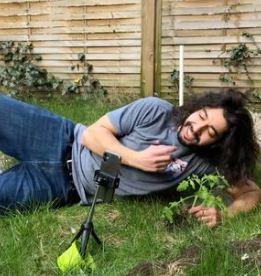 Садовод показал, как оживить любое, даже самое безнадёжное, растение. Нужны две вещи — расчёска и ваша ДНК