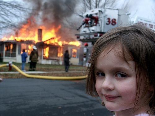 Девочка у горящего дома, подвинься - тут новый мем о коварстве. Тебя переиграл улыбающийся, как человек, пёс