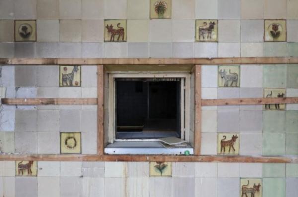 Ремонтники сняли со стен кафе пластиковые панели и не пожалели. На них смотрели десятки глаз, но каких