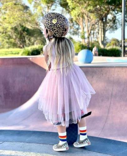 Розовое платье, леопардовый шлем, и Тони Хоуку пора подвинуться. Шестилетка выдает финты покруче райдеров