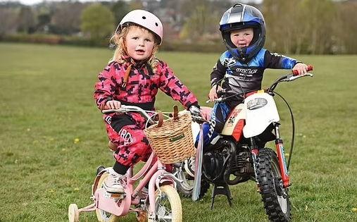 Двухлетка катается на мотоцикле, но крутость малыша под вопросом. Ведь без мотора два колеса ему не под силу