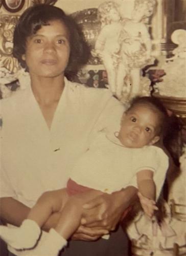 Дочь нашла маму через 50 лет и не поверила глазам. Лицо женщины напомнило ей о любимом сериале из детства