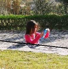 Ребёнок на фото растёт из земли, но пугаться рано. Это оптическая иллюзия, и разгадывать её вы будете долго