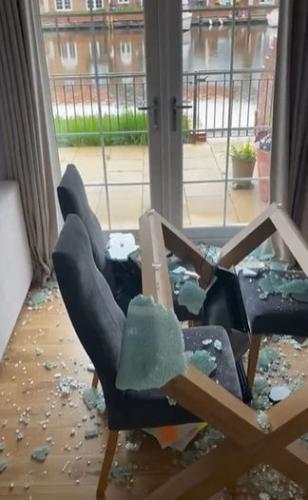Блогерша испугала людей, показав чем опасна стеклянная мебель. После её видео вам захочется сменить интерьер