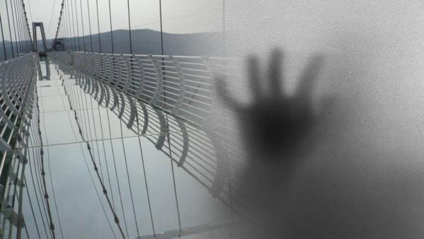 Турист ступил на стеклянный мост и и больше не смог сделать ни шагу. Осторожно, новая фобия через 1...2...3...