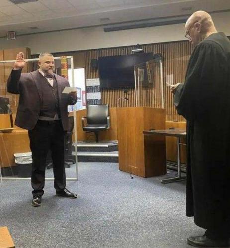 Судья помиловал наркодилера и не зря. Через 16 лет они увиделись в том же зале суда и пожали друг другу руки