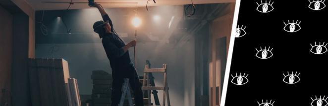 Ремонтники сняли со стен кафе панели и оказались в центре внимания. На них смотрели десятки глаз, но каких