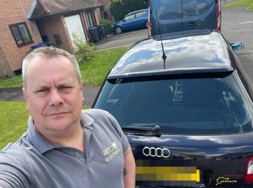 Отец не увидел номера своей машины. Лучше бы он даже и не пытался их рассмотреть — табличка с номером зарычала