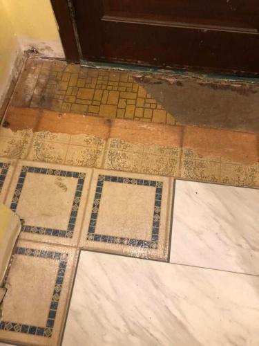 Хозяин затеял ремонт на кухне. Когда он снял плитку с пола, то узнал кое-что новое о предыдущих жильцах