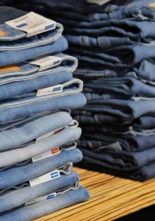Дизайнеры выпустили коллекцию джинсов, которая сделает вам больно. Их трудно носить, но ещё труднее развидеть