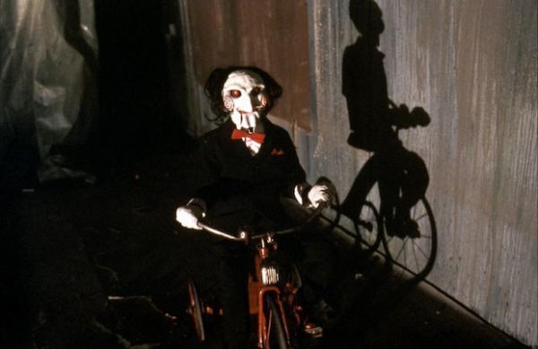 "Аккаунт ""Пила: Спираль"" показал куклу маньяка и навёл суету. К такому крашу фанов Джон Крамер не готовил"