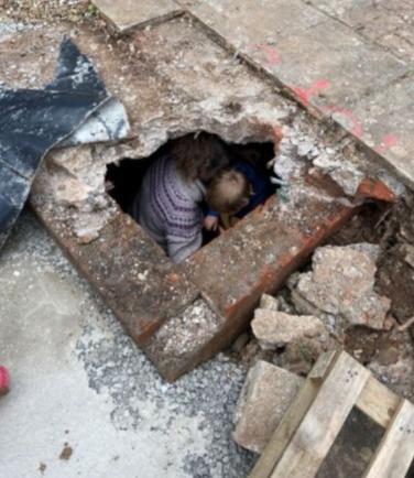 Рабочие сняли плитку в садовой беседке и не могут унять трясущиеся колени. Под ними была пустота