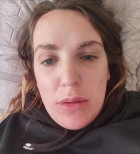 Косметолог покрасила себе брови сама, и её карьере конец. Ведь на её лице коллеги видят коллаб гусениц и KFC