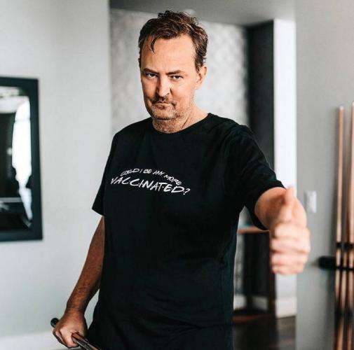 Мэттью Перри собрался делать бизнес, и фаны злы. Один взгляд на его футболки, и любовь к Чендлеру вышла из чата