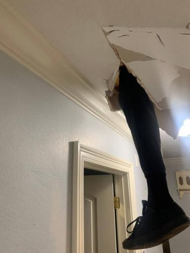 """""""Сделаю сам,""""- сказал муж и взялся за ремонт чердака, но зря."""