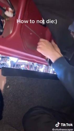 Блогер показал, как открыть багажник изнутри, и стал круче Дэвида Копперфильда. Люди уверены, такой трюк нужен