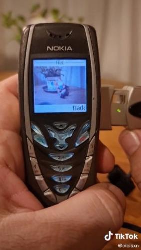 Блогер показал, что на кнопочную Nokia тоже можно делать фото.