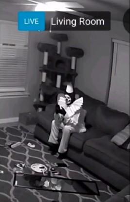 Отец посмотрел запись с камеры дома - а там Пеннивайз. Страх сменился смехом, когда он понял, кто на видео