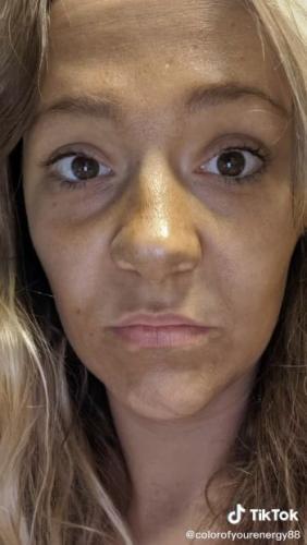 Тиктокерша не понимала, откуда грязь на лице и ногах. А потом вспомнила, что алкоголь и автозагар несовместимы