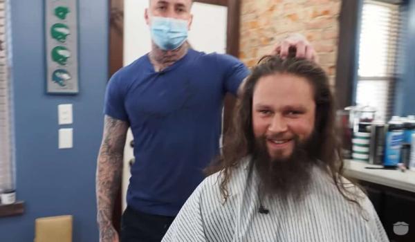 Мужчина постригся впервые за 5 лет и не узнал себя в зеркале. Ещё сомневались, что стрижка решает? А зря