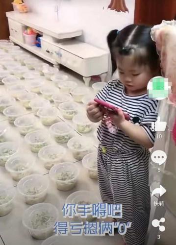 Отец дал дочке телефон и замер, когда курьер привёз 10 порций лапши. Он ещё не знал - это было только начало