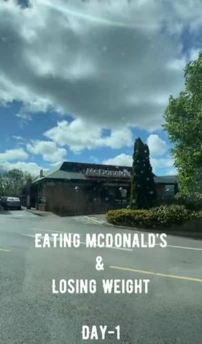 """Тренер на две недели подсел на """"Макдоналдс"""" и показал, что случилось с его телом. Такому в школе не научат"""