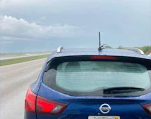 Водитель ехал домой - и в машину ударила молния. Глядя на асфальт, мужчина понял, что начал с автосохранения