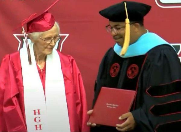 Выпускница стала звездой на церемонии вручения аттестатов. Пф, она должна была окончить школу 79 лет назад