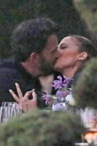 Бен Аффлек и Джей Ло целовались так страстно, что расстроили фанов. Увидев фото, они поняли — любви тут нет