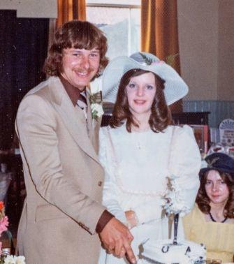 Племянник копался в вещах фотографа и нашёл фото с чужой свадьбы. Дата на обороте — рекорд по срыву дедлайнов