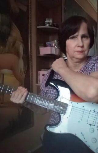 Как сломать старение души? Пенсионерка из России знает, и её секрет — тикток и горячие каверы на электрогитаре