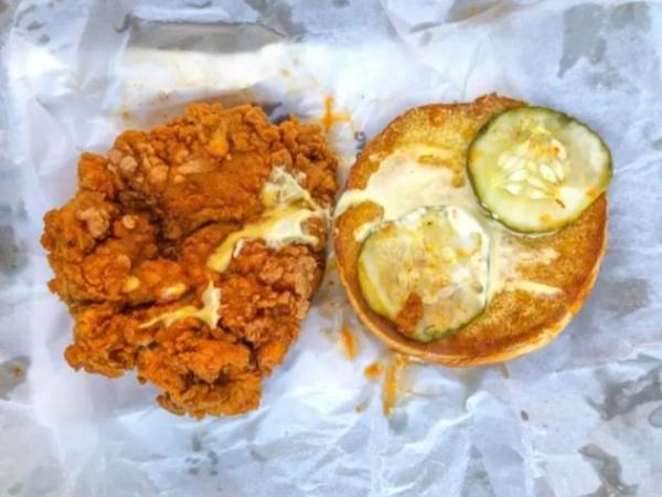 """Журналистка устроила дэзматч между куриными бургерами и назвала лучший. Спойлер - """"Макдоналдс"""" словил фаталити"""