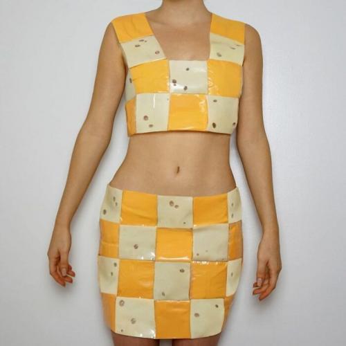 Художница создаёт одежду, и обжорам нужно быть осторожными. Ещё бы, её луки вызывают желание съесть вкусняшек