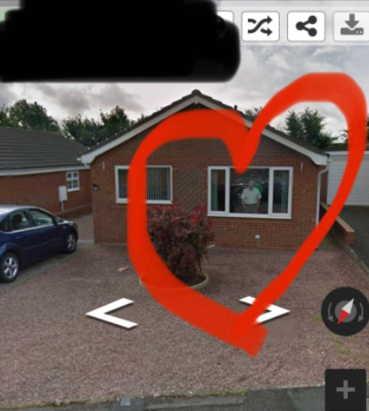 Аноним гуляет по панораме Google чаще, чем вживую. Приглядевшись к дому на карте, можно угодить на его место