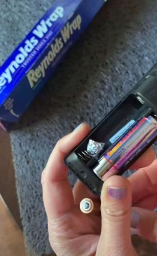 Блогерша показала, как заставить пульт работать с батарейкой неподходящего размера. Мир уже не станет прежним