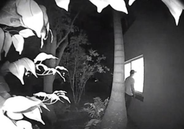 Модель посмотрела записи с камер у дома, а там - кошмар любой девушки. Ведь ночами к её окну приходил сталкер