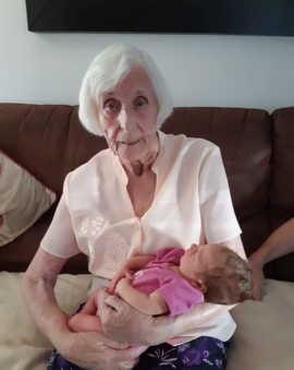 Думаете, на фото бабушка? Умножьте на три. Прапрапрабабушка посчитала потомков и может собрать две роты внуков