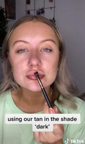 Пышные губы без инъекций? Возможно, показала блогерша, но повторить лайфхак смогут только самые смелые