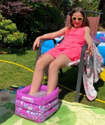 Батя заказал онлайн надувной бассейн со скидкой. Во время распаковки он пожалел, что его нога не умеет плавать