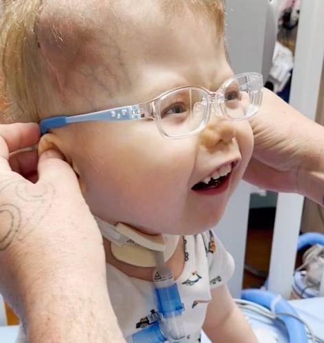 Трёхлетка впервые надел очки. «Так вот, как выглядят мои родители», — подумал он, увидев их впервые в жизни