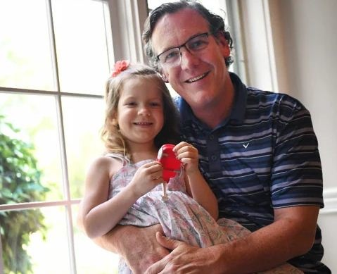 Дочь не дышала, но отец не растерялся. Все сезоны «Офиса» он смотрел не зря — лайфхак по спасению жизни внутри