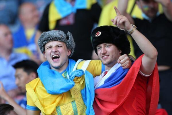 Видео драки с российским и украинским болельщиком на евро попало в Сеть. И на нём парню флаг вернули - но не тот