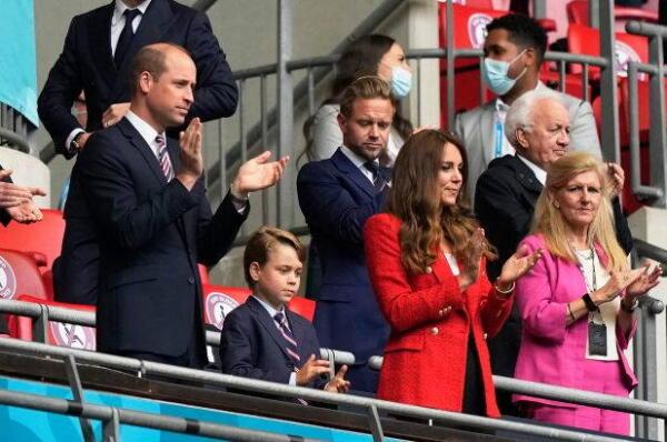 Дэвид Бекхем пришёл на Евро-2020 болеть за сборную, а стал отцом. Не стоило ему так близко сидеть с Эдом Шираном