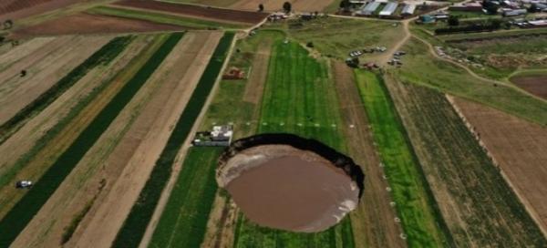 Фермер промедлил, увидев дыру в земле рядом с домом. Уезжать надо было сразу - через день она была под окном