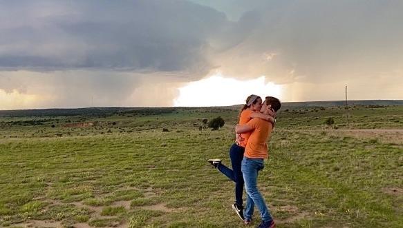 Метеоролог встал на колено перед любимой, но она смотрела за его спину. Там была угроза не браку, а жизни