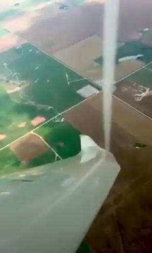 Пилот заметил в полёте столб и вовремя уклонился. Когда понял, что это был торнадо - вернулся с камерой