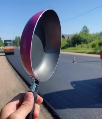 Российские дорожники показали, как готовят яичницу, и это лайфхак уровня wtf. Пожарить её на асфальте? Легко!