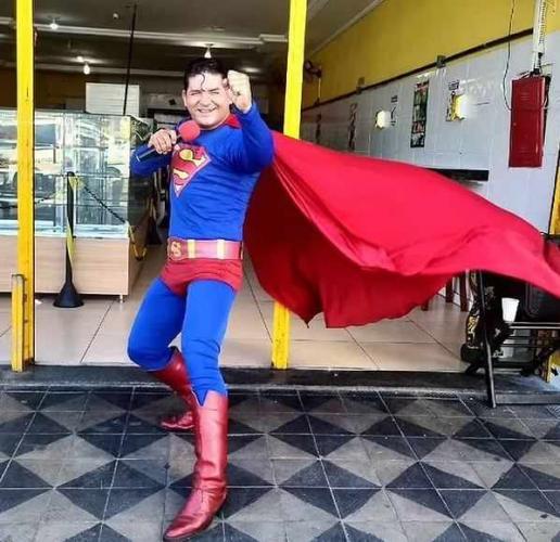 Супергерой (ну почти) решил остановить автобус одной левой. Одна попытка понять, что было дальше (есть видео)